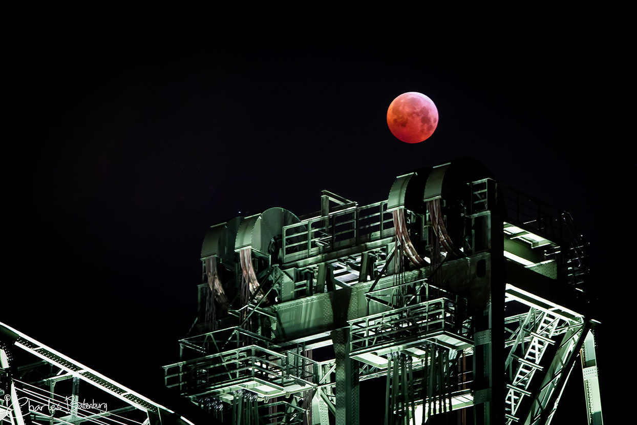 Totale maansverduistering boven De Hef in Rotterdam.